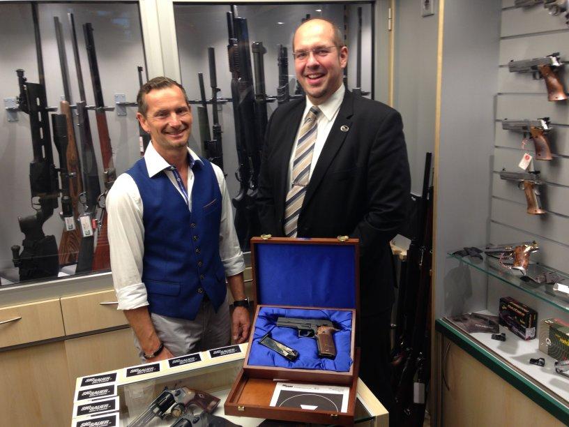 Hendrik Gießler von SIG SAUER (rechts) mit Kristian Triebel (links) in unserem Waffenraum.
