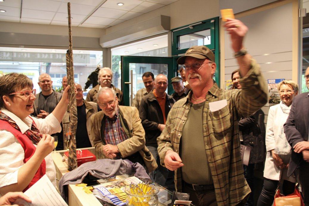 Katja Triebel überreicht den Hauptpreis der Firma MANFRED ALBERTS GmbH, eine FRANCHI Selbstladeflinte. Der glückliche Gewinner der SL-Finte (rechts), Klaus Triebel (mitte) und Katja Triebel (links)