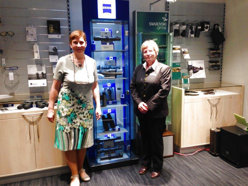 Frau Groh von ZEISS (rechts) mit unserer Verkäuferin Andrea Kohtze (links) im Optikraum.